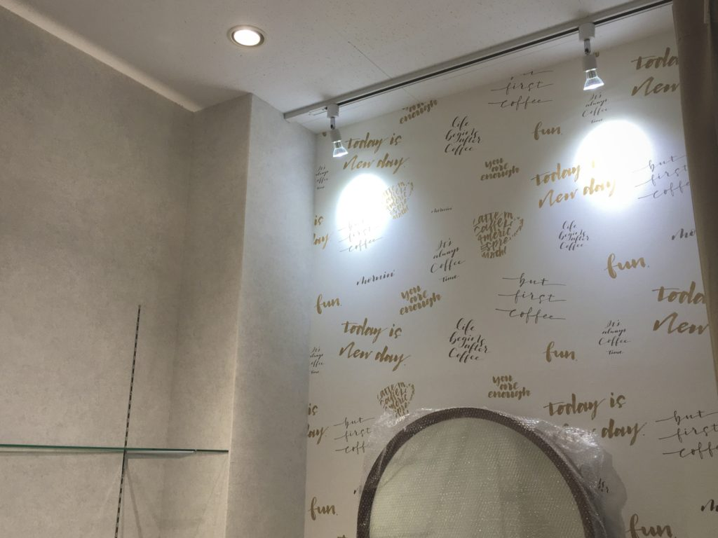 壁に照明が当たっている写真